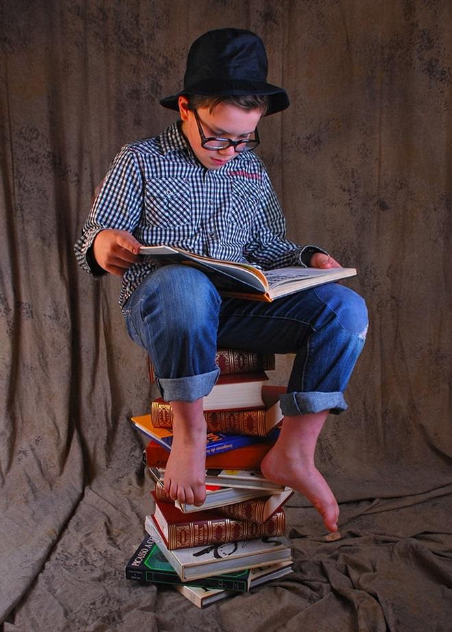 12-Mercedes Ramirez -una pila de llibres