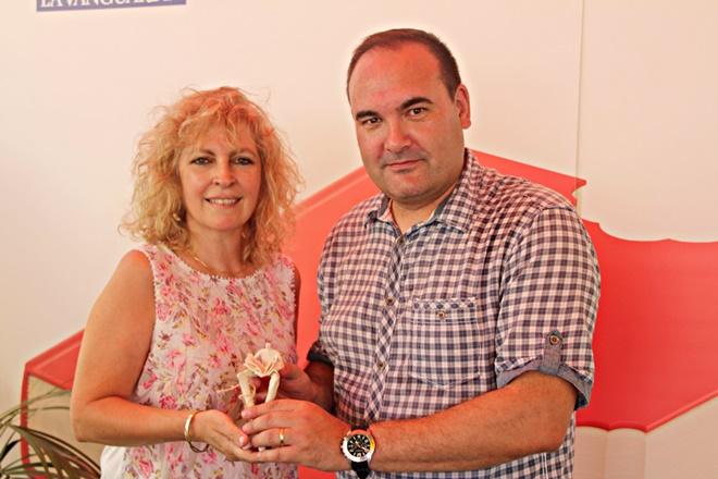 Jordi Milian com a director de L'Illa dels Llibres ha lliurat el premi a l'escriptora Maria Carme Roca
