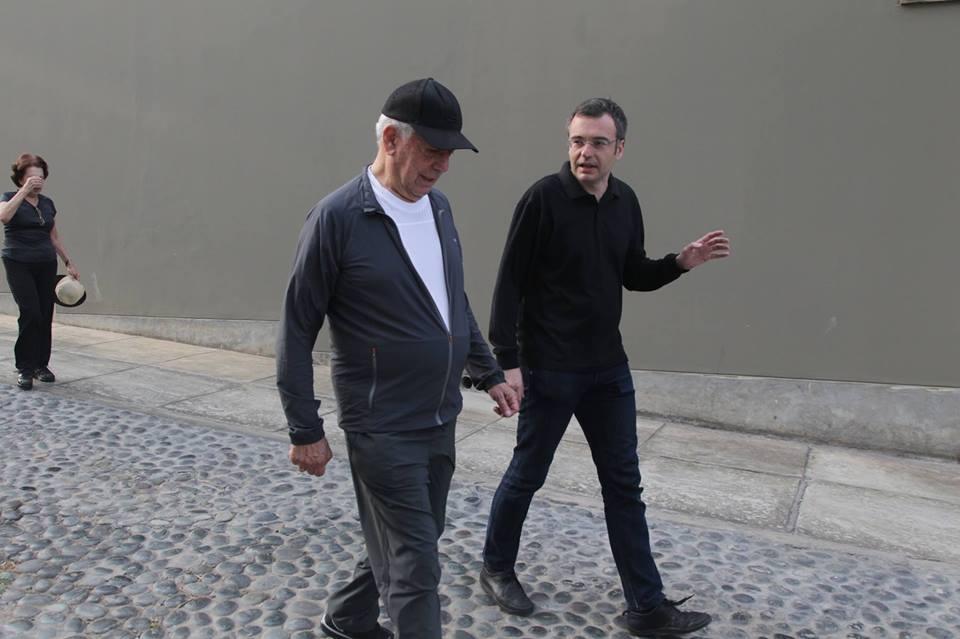 Xavi Ayén passejant amb Mario Vargas Llosa
